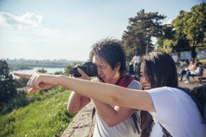 写真撮影をするカップル