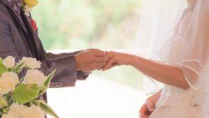 結婚指輪をはめる男性