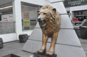 新宿東口のライオン像