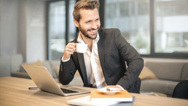 仕事中にコーヒーを飲む人